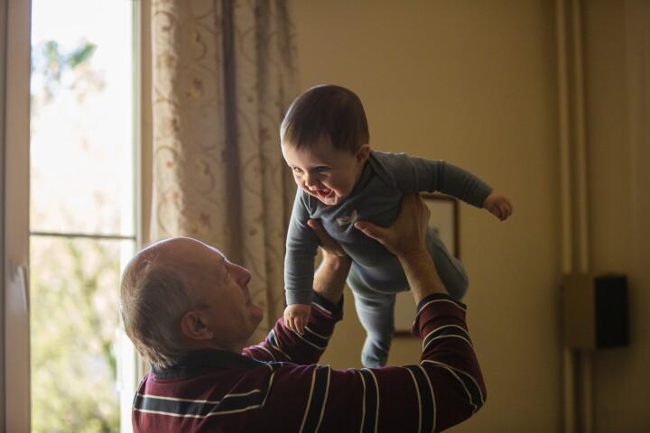 Bedstefar med barnebarn